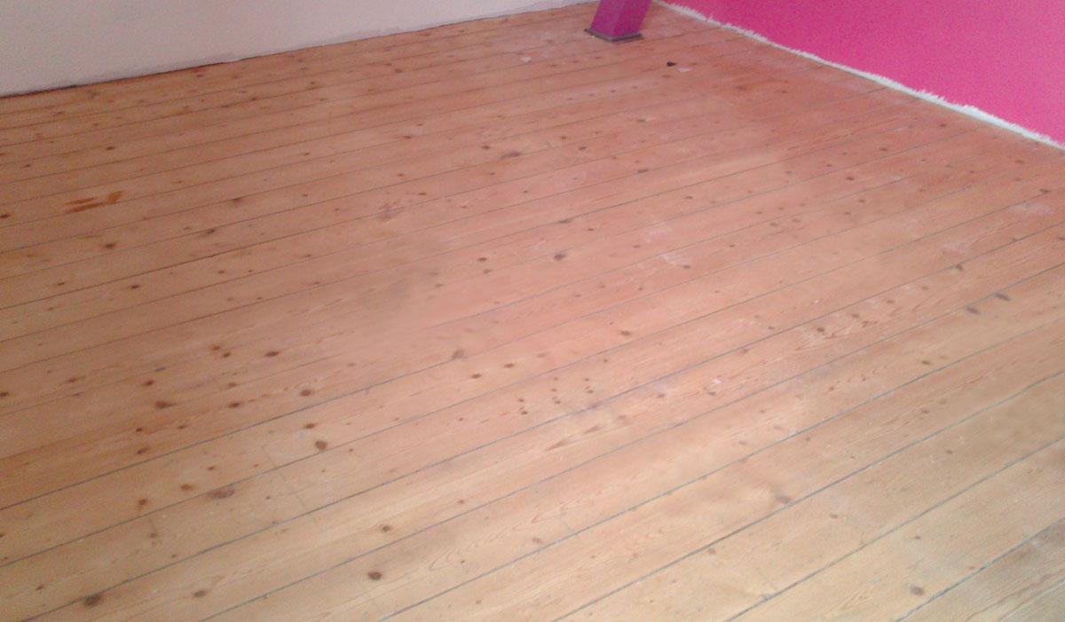 Alter Holzboden neu geschliffen und lackiert