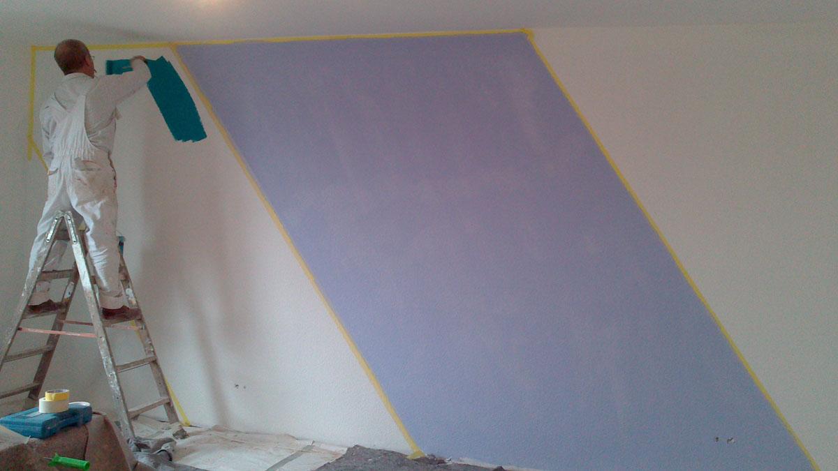 Zweifarbig gestrichene Wohnwand